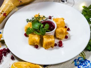 Сыр в кляре с клюквенным соусом